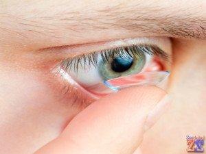 Начать надевание с правого глаза (техника надевания одной рукой)