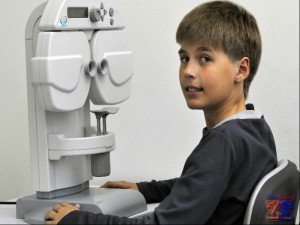 Если у ребенка появятся признаки близорукости, то его нужно отвести к окулисту