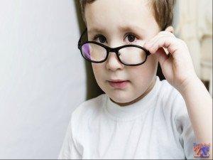 При плохом зрении у детей нужно обращаться к окулисту