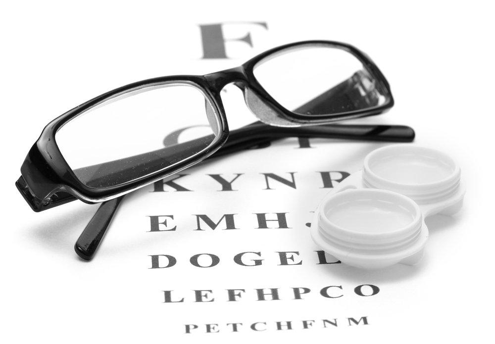 Краткое сравнение контактных линз с очками