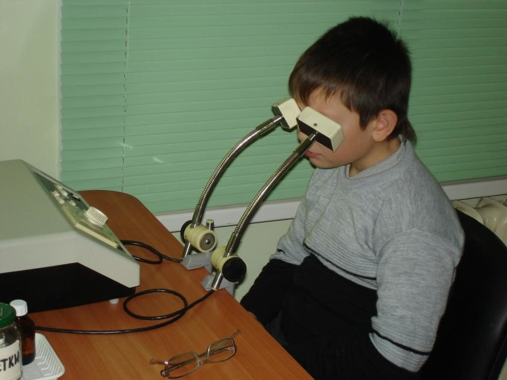 Ребёнок на процедуре магнитотерапии глаз